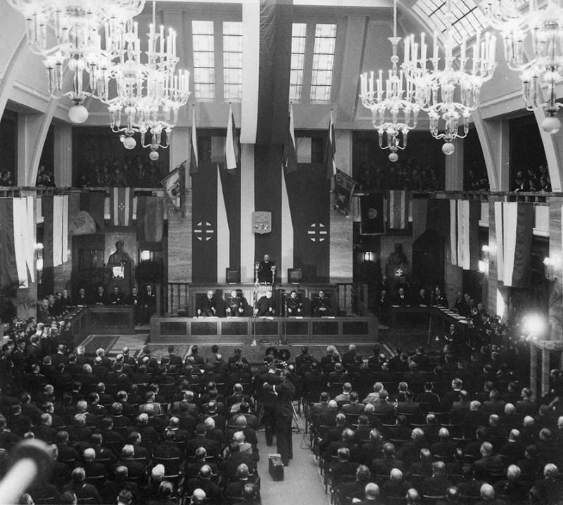 Neznámy autor: Slávnostné otvorenie slovenského autonómneho snemu v univerzitnej aule v Bratislave dňa 18. 1. 1939. SNA, Bratislava – fond STK