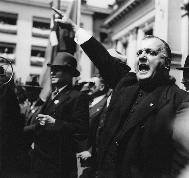 Neznámy autor. Manifestácia za Pittsburskú dohodu v Bratislave. Jozef Tiso pri prejave. 5. 6. 1938. SNA, Bratislava – fond STK