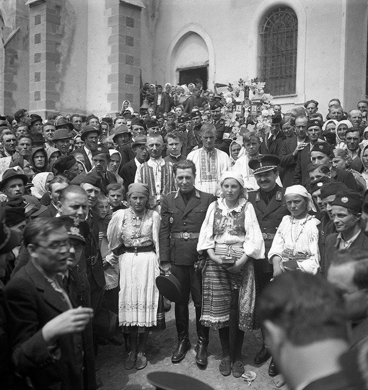Jozef Cincík: Minister Ferdinand Ďurčanský and Alexander Mach On a Pilgrimage in Levoča. 1939. SNA, Bratislava – Slovak Press Office