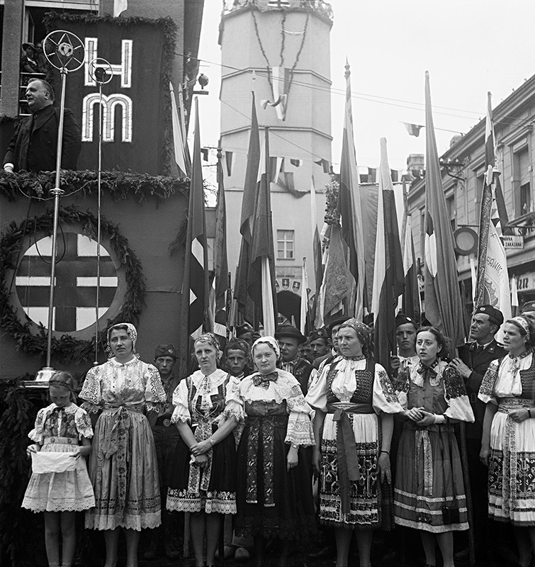 Neznámy autor. Z prehliadky Hlinkovej mládeže v Trenčíne. Jozef Tiso pri prejave. 1939.  Slovenský národný archív, Bratislava – fond STK