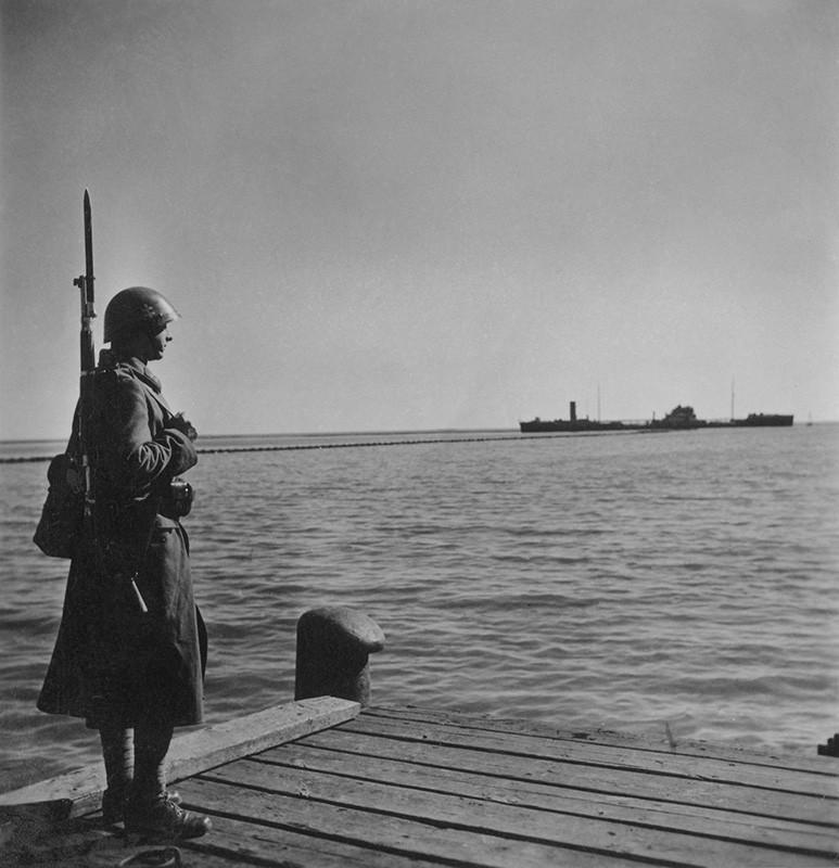 Jozef Cincík - Slovenský vojak na stráži pri Azovskom mori, 1941, Slovenský národný archív, Bratislava – fond STK