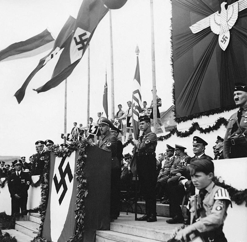 Neznámy autor - Deň nemeckých frontových vojakov zorganizovaný stranou nemeckej menšiny na Slovensku (Deutsche Partei) - Franz Karmasin pri prejave, 1940, Slovenský národný archív, Bratislava – fond STK