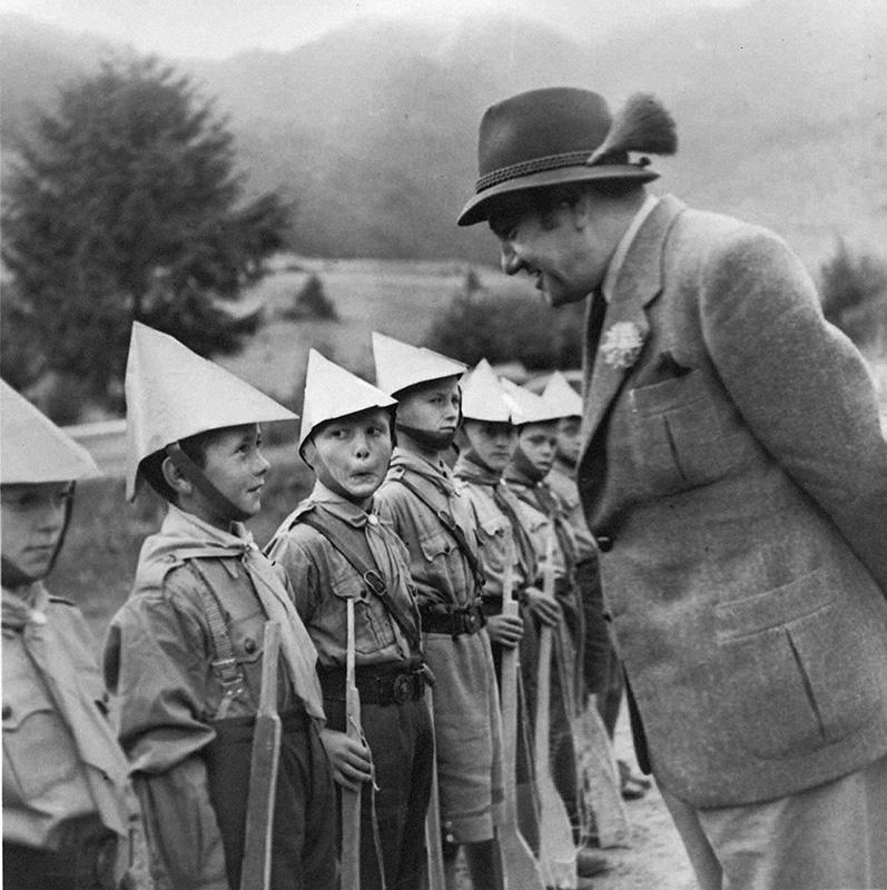 Neznámy autor - Vyslanec šéf Úradu propagandy Tido J. Gašpar a hlavný veliteľ Hlinkovej mládeže Alojz Macek navštívili tábory HM na Orave 23. – 24. 8. 1941., Slovenský národný archív, Bratislava – fond STK