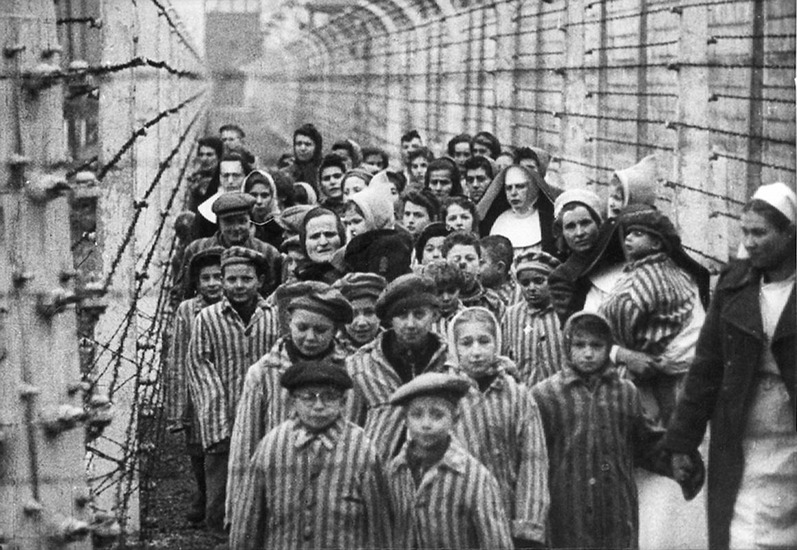 Neznámy autor - Po oslobodení koncentračného tábora Auschwitz – Birkenau v Osvienčime. V popredí Ľudovít Feld – v okuliaroch, 1945,  Štátne múzeum Auschwitz – Birkenau v Osvienčime v Poľsku