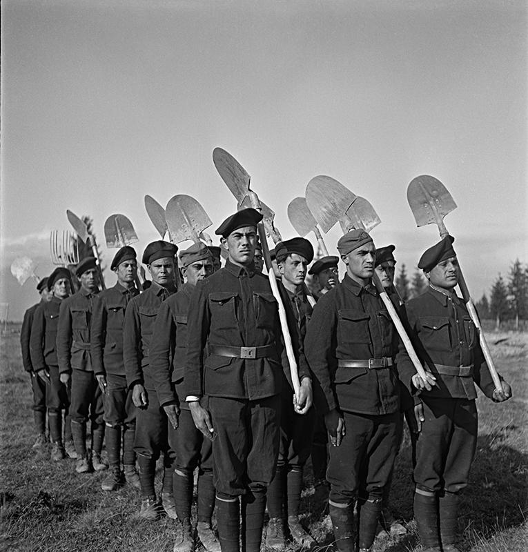 """Jozef Cincík - Reportáž z """"cigánskych"""" táborov, 1941,Slovenský národný archív"""