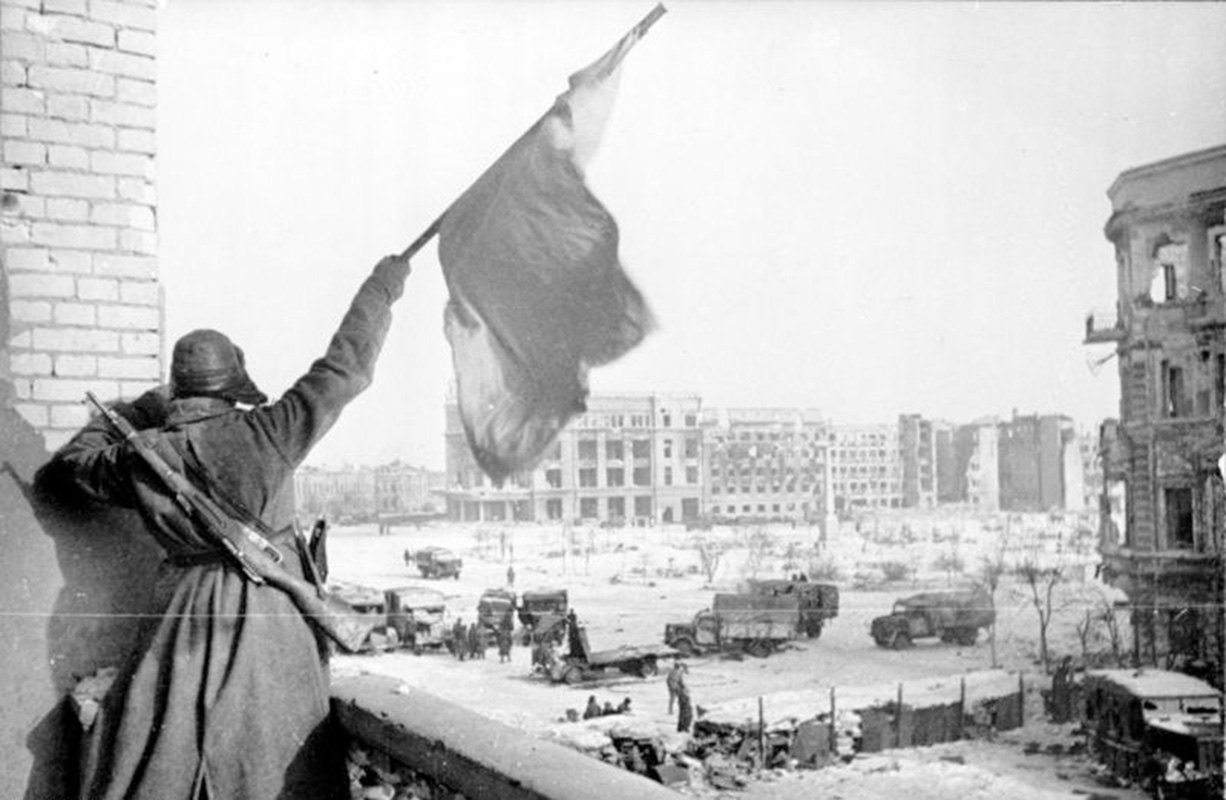 Georgii Zelma - The Battle of Stalingrad - Soviet soldier waving the Red Banner over the central plaza of Stalingrad, January 1943, Bundesarchiv, BArch
