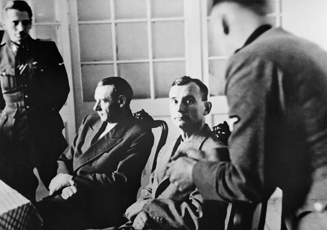 Neznámy autor - Generál Rudolf Viest a generál Ján Golian pri výsluchu v Bratislave, 1944,   Vojenský historický ústav (VHÚ) - Vojenský historický archív, Bratislava