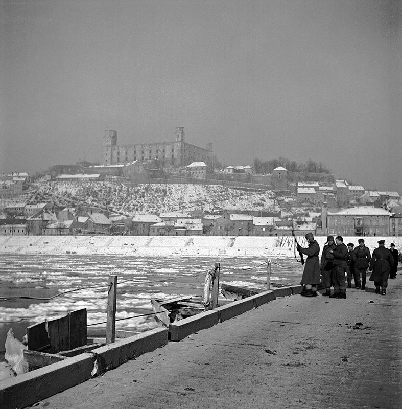 Jozef Nový - Stavba pontónového mostu cez Dunaj vojakmi Červenej armády, 1945, Súkromný majetok
